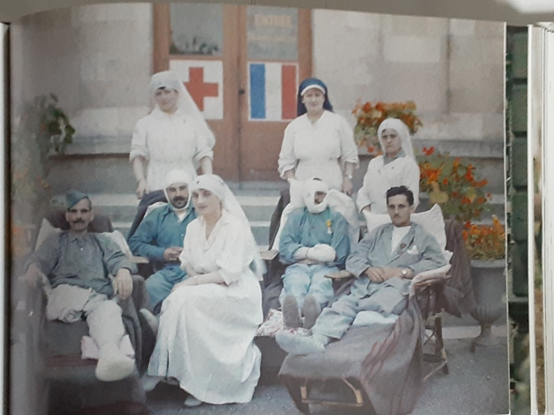 Photograph of nurses and wounded soldiers during World War 1